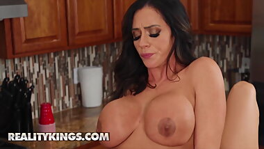 Ariella Ferrera and Desiree Dulce rubbing their pussies together
